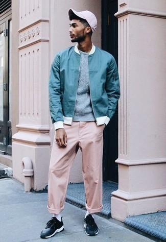 Comment porter: blouson aviateur turquoise, pull à col rond bleu clair, pantalon chino rose, baskets basses noires