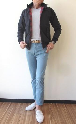 Associer un pull à col rond gris avec un pantalon chino bleu clair est une option confortable pour faire des courses en ville. D'une humeur audacieuse? Complète ta tenue avec une paire de des slippers en daim blancs.