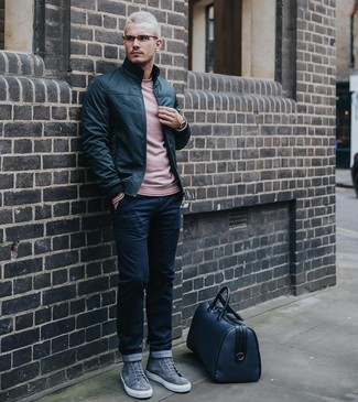 Comment porter: blouson aviateur en cuir noir, pull à col rond rose, pantalon chino bleu marine, baskets montantes en daim grises