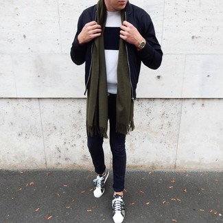 Comment porter: blouson aviateur noir, pull à col rond blanc et noir, pantalon chino noir, baskets basses camouflage olive