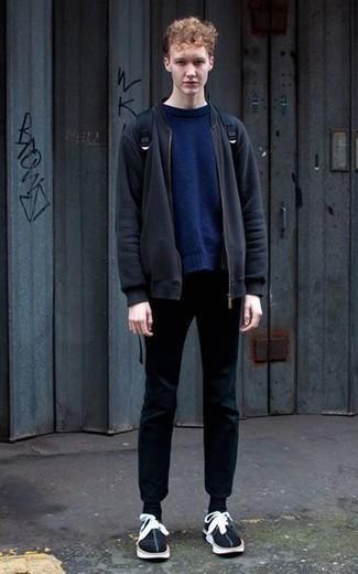 Comment porter des chaussettes noires: Essaie d'harmoniser un blouson aviateur bleu marine avec des chaussettes noires pour une tenue relax mais stylée. D'une humeur audacieuse? Complète ta tenue avec une paire de des baskets basses en daim noires et blanches.