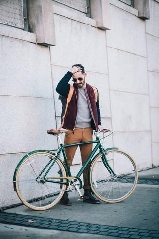 Comment porter un pull à col rond gris: Essaie d'associer un pull à col rond gris avec un pantalon chino marron clair pour un look de tous les jours facile à porter. Une paire de des bottes de loisirs en cuir noires rendra élégant même le plus décontracté des looks.