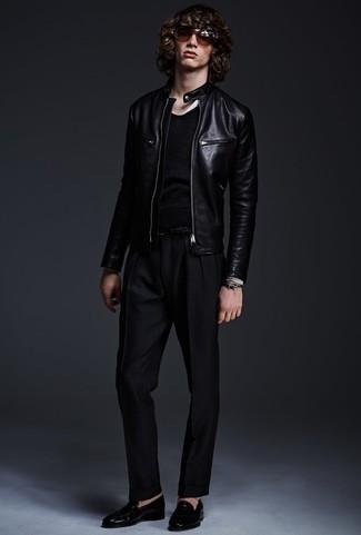 Comment porter: blouson aviateur en cuir noir, pull à col rond noir, pantalon de costume noir, slippers en cuir noirs