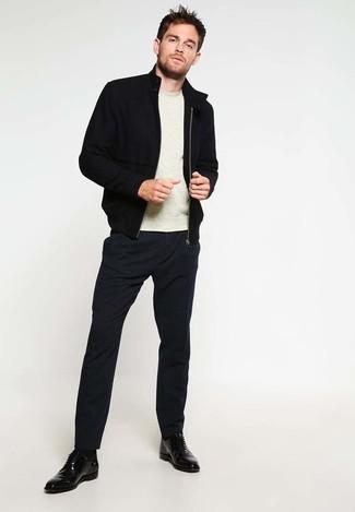Comment porter: blouson aviateur noir, pull à col rond beige, pantalon de costume noir, chaussures derby en cuir noires