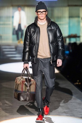 Comment porter: blouson aviateur en cuir noir, pull à col rond beige, pantalon de costume en laine gris foncé, bottes de loisirs en cuir rouges