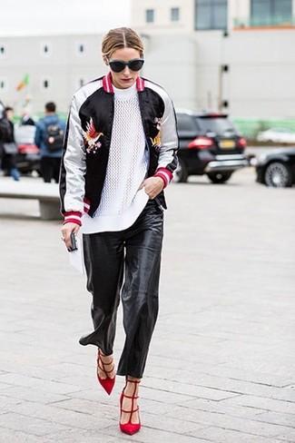 Tenue de Olivia Palermo: Blouson aviateur noir et blanc, Pull à col rond blanc, Pantalon style pyjama en cuir noir, Escarpins en daim rouges
