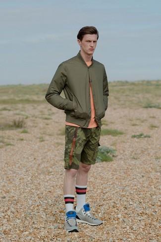 Comment porter: blouson aviateur olive, pull à col rond orange, short camouflage olive, baskets basses en daim grises