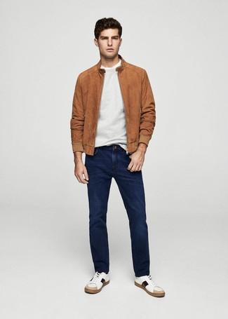 Comment porter: blouson aviateur en daim tabac, pull à col rond gris, t-shirt à col rond blanc, jean bleu marine