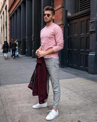Comment porter: blouson aviateur en laine bordeaux, pull à col rond rose, t-shirt à col rond blanc, pantalon chino gris
