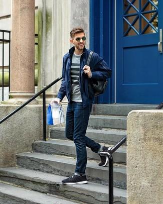 Comment porter: blouson aviateur bleu marine, pull à col rond à rayures horizontales gris, t-shirt à col rond blanc, jean bleu marine