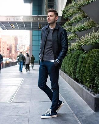 Comment porter: blouson aviateur en laine gris foncé, pull à col rond gris foncé, t-shirt à col rond blanc, pantalon chino bleu marine