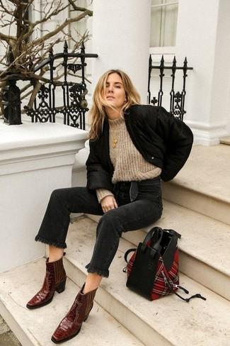 Comment porter: blouson aviateur noir, pull à col roulé en laine en tricot beige, jean noir, bottes western en cuir bordeaux