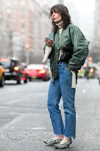 Comment porter: blouson aviateur vert foncé, pull à col roulé en tricot beige, jean bleu, escarpins en poils de veau imprimés blancs et noirs