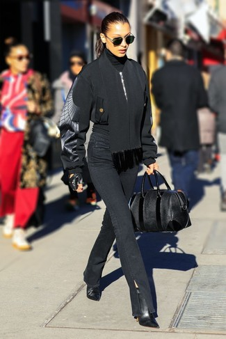 Comment porter: blouson aviateur noir, pull à col roulé noir, jean noir, bottines en cuir noires