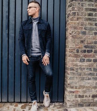 Comment porter: blouson aviateur en daim bleu marine, pull à col roulé gris, jean bleu marine, bottines chukka en cuir beiges