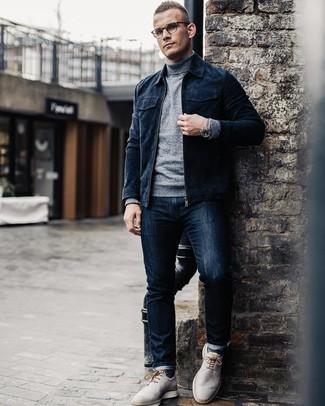 Comment porter: blouson aviateur en daim bleu marine, pull à col roulé gris, jean bleu marine, chaussures derby en cuir grises