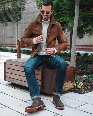 Comment porter: blouson aviateur en daim marron, pull à col roulé en tricot blanc, jean bleu, bottines chelsea en daim gris foncé