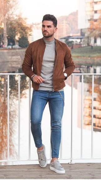 Comment porter: blouson aviateur en daim tabac, pull à col roulé gris, jean skinny bleu, baskets basses en daim grises