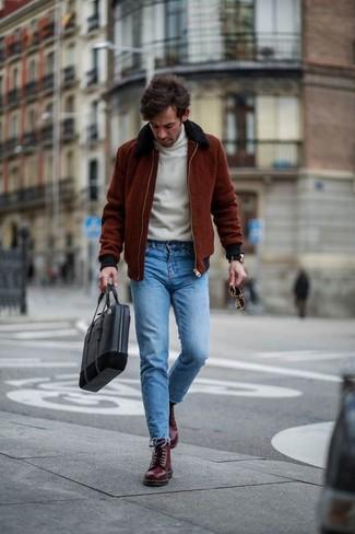 Comment porter: blouson aviateur bordeaux, pull à col roulé blanc, jean skinny bleu, bottes de loisirs en cuir bordeaux