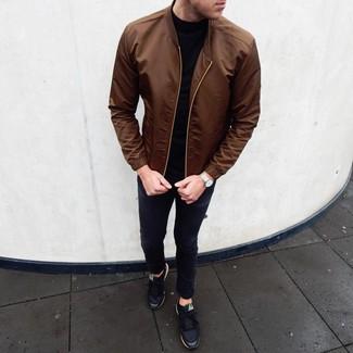 Comment porter: blouson aviateur marron, pull à col roulé noir, jean skinny noir, baskets basses noires