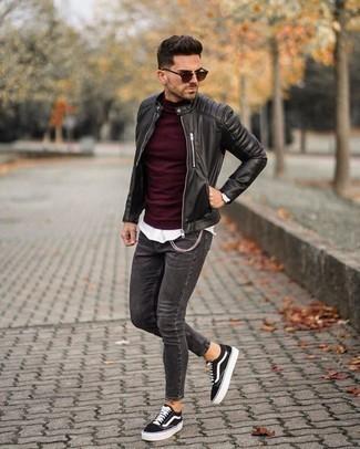 Comment porter un jean skinny avec des baskets basses: Pense à marier un blouson aviateur en cuir noir avec un jean skinny pour obtenir un look relax mais stylé. Complète ce look avec une paire de des baskets basses.