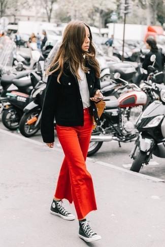 Comment porter: blouson aviateur en velours côtelé noir, pull à col roulé blanc, jupe-culotte en denim rouge, baskets montantes en toile noires et blanches