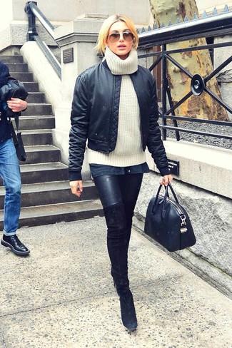 Comment porter: blouson aviateur en satin noir, pull à col roulé en laine en tricot blanc, leggings en cuir noirs, cuissardes en daim noires