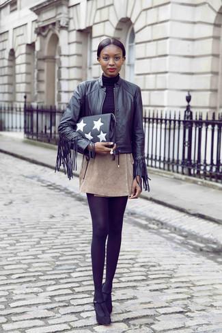 Comment porter: blouson aviateur en cuir à franges noir, pull à col roulé noir, minijupe en daim beige, escarpins en daim noirs