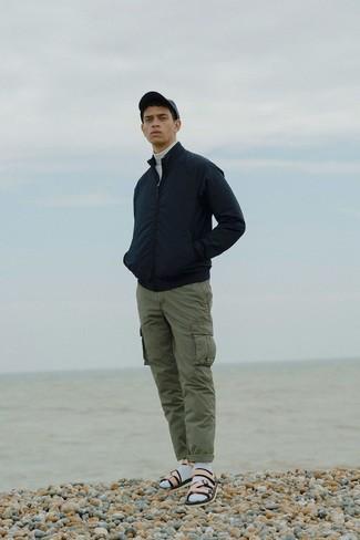 Comment porter: blouson aviateur noir, pull à col roulé blanc, pantalon cargo olive, sandales en cuir beiges