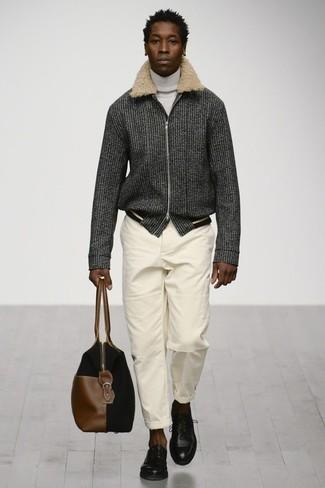 Comment porter: blouson aviateur en laine gris foncé, pull à col roulé blanc, pantalon chino blanc, chaussures derby en cuir noires