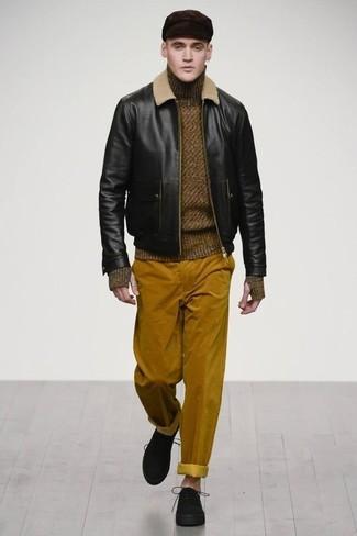 Comment porter: blouson aviateur en cuir noir, pull à col roulé en laine olive, pantalon chino en velours côtelé tabac, chaussures derby en daim noires