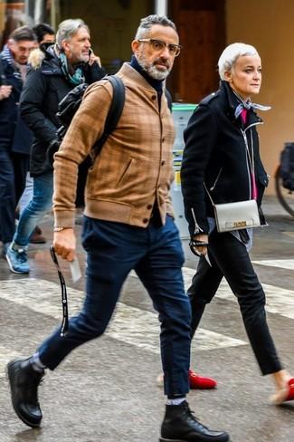 Comment porter: blouson aviateur en cuir marron clair, pull à col roulé bleu marine, pantalon chino bleu marine, bottes de loisirs en cuir noires