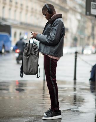 Comment porter: blouson aviateur en cuir noir, pull à col roulé en tricot rose, pantalon chino en velours côtelé bordeaux, baskets basses en cuir noires