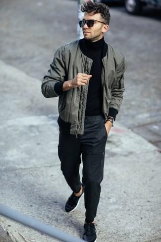 Comment porter un pull à col roulé noir: Pour une tenue de tous les jours pleine de caractère et de personnalité associe un pull à col roulé noir avec un pantalon chino gris foncé. Si tu veux éviter un look trop formel, assortis cette tenue avec une paire de des baskets basses noires.