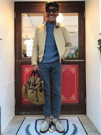 Comment porter une serviette en toile marron clair: Essaie d'associer un blouson aviateur beige avec une serviette en toile marron clair pour un look confortable et décontracté. Une paire de des bottines chukka en daim grises apportera une esthétique classique à l'ensemble.