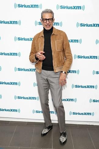 Comment porter: blouson aviateur en daim marron, pull à col roulé noir, pantalon de costume à carreaux gris, chaussures derby en cuir noires et blanches