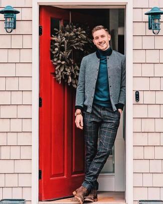 Comment porter: blouson aviateur gris, pull à col roulé bleu marine, pantalon de costume en laine à carreaux gris foncé, bottines chelsea en daim marron