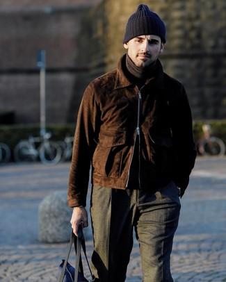 Comment porter: blouson aviateur en daim marron foncé, pull à col roulé marron foncé, pantalon de costume en laine gris foncé, sac fourre-tout en toile bleu marine