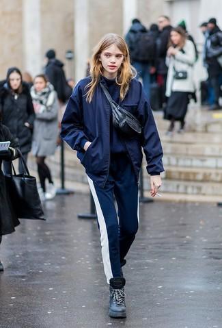 Comment porter: blouson aviateur bleu marine, pull à col roulé bleu marine, pantalon de jogging bleu marine et blanc, bottines plates à lacets en cuir noires