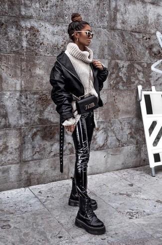 Comment porter: blouson aviateur en cuir noir, pull à col roulé en laine en tricot blanc, pantalon slim en cuir noir, bottines plates à lacets en cuir épaisses noires