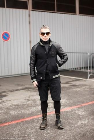 Comment porter: blouson aviateur en cuir noir, pull à col roulé gris foncé, short gris foncé, bottes de loisirs en cuir gris foncé