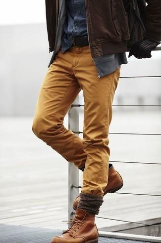 Comment porter: blouson aviateur en cuir marron foncé, pull à fermeture éclair gris, chemise en jean bleu marine, pantalon chino moutarde