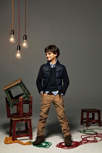 Comment porter: blouson aviateur bleu marine, pull bleu marine, chemise à manches longues en vichy bleu clair, jean marron