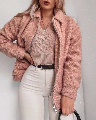 Comment porter: blouson aviateur en polaire rose, pull court rose, jean skinny blanc, sac fourre-tout en cuir noir