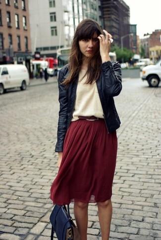 Comment porter: blouson aviateur en cuir noir, pull surdimensionné marron clair, jupe mi-longue plissée bordeaux, cartable en cuir bleu marine