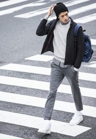 Pense à harmoniser un blouson aviateur noir avec un pantalon de jogging gris pour une tenue confortable aussi composée avec goût. Tu veux y aller doucement avec les chaussures? Complète cet ensemble avec une paire de des baskets montantes en cuir blanches pour la journée.