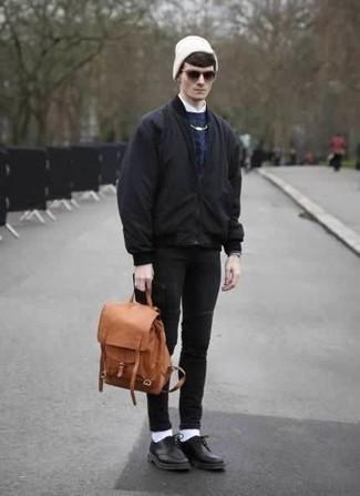 Comment porter un jean skinny noir: Pense à porter un blouson aviateur noir et un jean skinny noir pour une tenue idéale le week-end. Fais d'une paire de des chaussures derby en cuir noires ton choix de souliers pour afficher ton expertise vestimentaire.