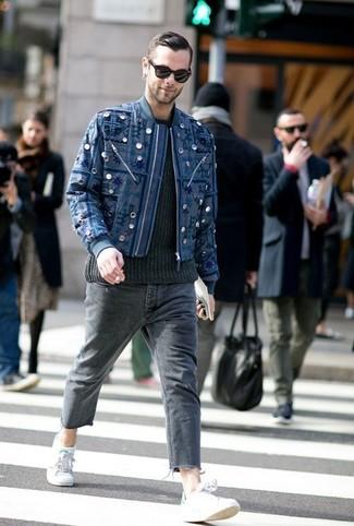 Comment porter: blouson aviateur brodé bleu marine, pull torsadé noir, jean gris foncé, baskets basses grises