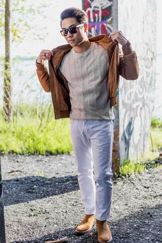 Comment porter un blouson aviateur en daim tabac: Pour une tenue de tous les jours pleine de caractère et de personnalité pense à marier un blouson aviateur en daim tabac avec un jean blanc. Jouez la carte classique pour les chaussures et fais d'une paire de des bottines chelsea en daim marron clair ton choix de souliers.