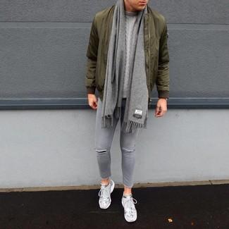 Comment porter un blouson aviateur olive: Pense à opter pour un blouson aviateur olive et un jean skinny déchiré gris pour un look confortable et décontracté. Une paire de des chaussures de sport grises est une option génial pour complèter cette tenue.